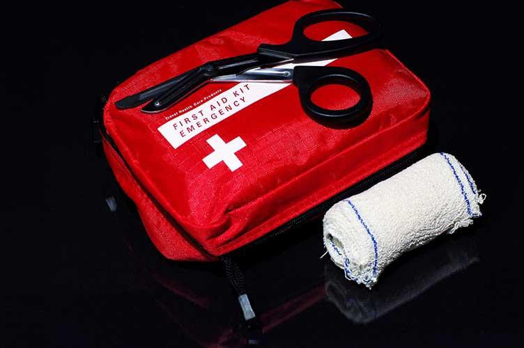 La trousse de secours sanitaire contient le matériel indispensable au randonneur. Crédit : Fotolia